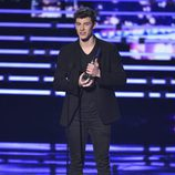 Shawn Mendes con su premios en los People's Choice Awards 2016