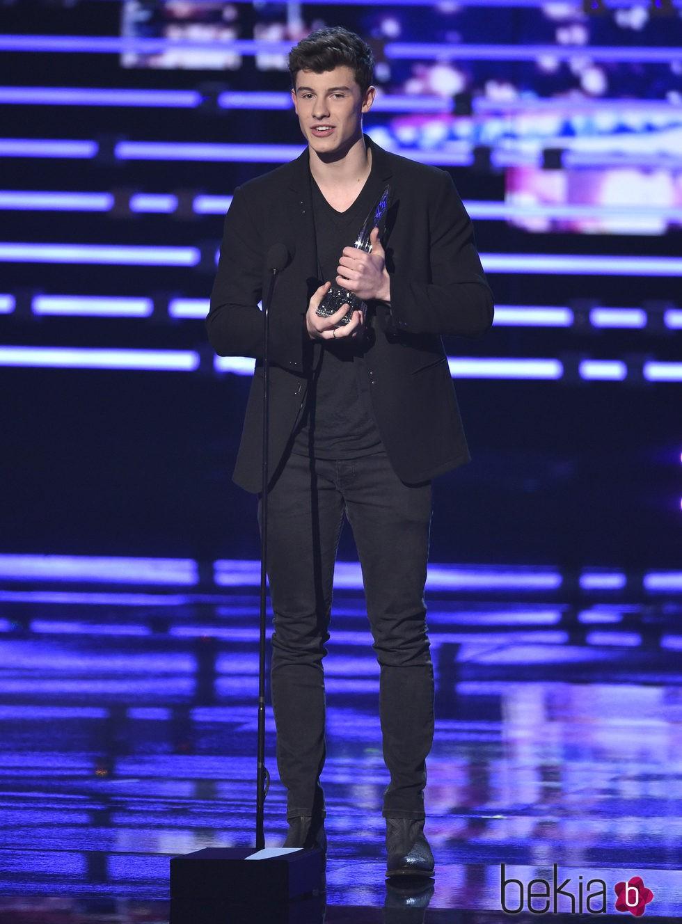 Shawn Mendes con su premios en los People's Choice Awards 2016