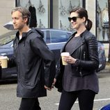 Anne Hathaway embarazada con su marido Adam Shulman en Beverly Hills