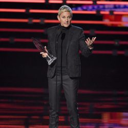 Ellen DeGeneres con su premio en los People's Choice Awards 2016