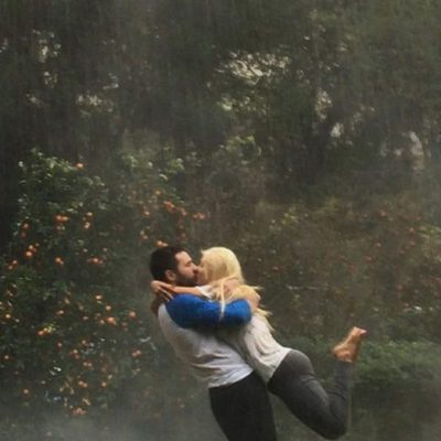 Christina Aguilera y Matthew Rutler besándose bajo la lluvia