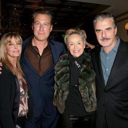 John Corbett, Bo Derek, Sharon Stone y Chris Noth en una fiesta antes de los Globos de Oro