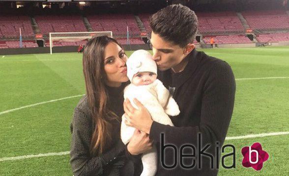 Melissa Jiménez y Marc Bartra protagonizan una tierna foto junto a su hija Gala en el Camp Nou