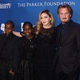 Sean Penn junto a Madonna y sus hijos en la gala benéfica por Haití 2016 demostrándose mutuo apoyo