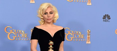 Lady Gaga posando con su premio de los Globos de Oro 2016