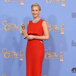 Jennifer Lawrence posando con su premio de los Globos de Oro 2016