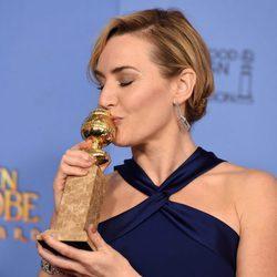 Kate Winslet besando su premio de los Globos de Oro 2016