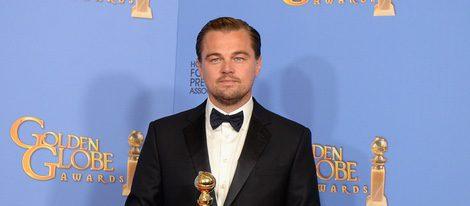 Leonardo DiCaprio posando con su premio de los Globos de Oro 2016