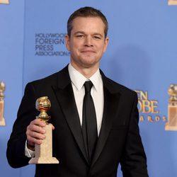 Matt Damon posando con su premio de los Globos de Oro 2016