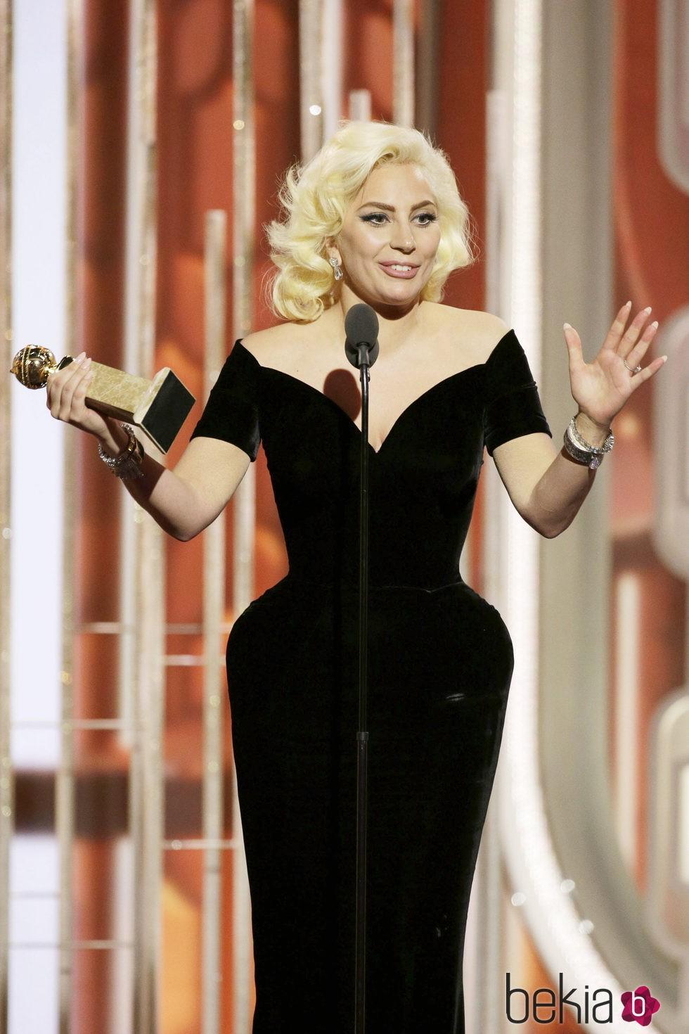 Lady Gaga recogiendo su galardón de mejor actriz de miniserie en los Globos de Oro 2016