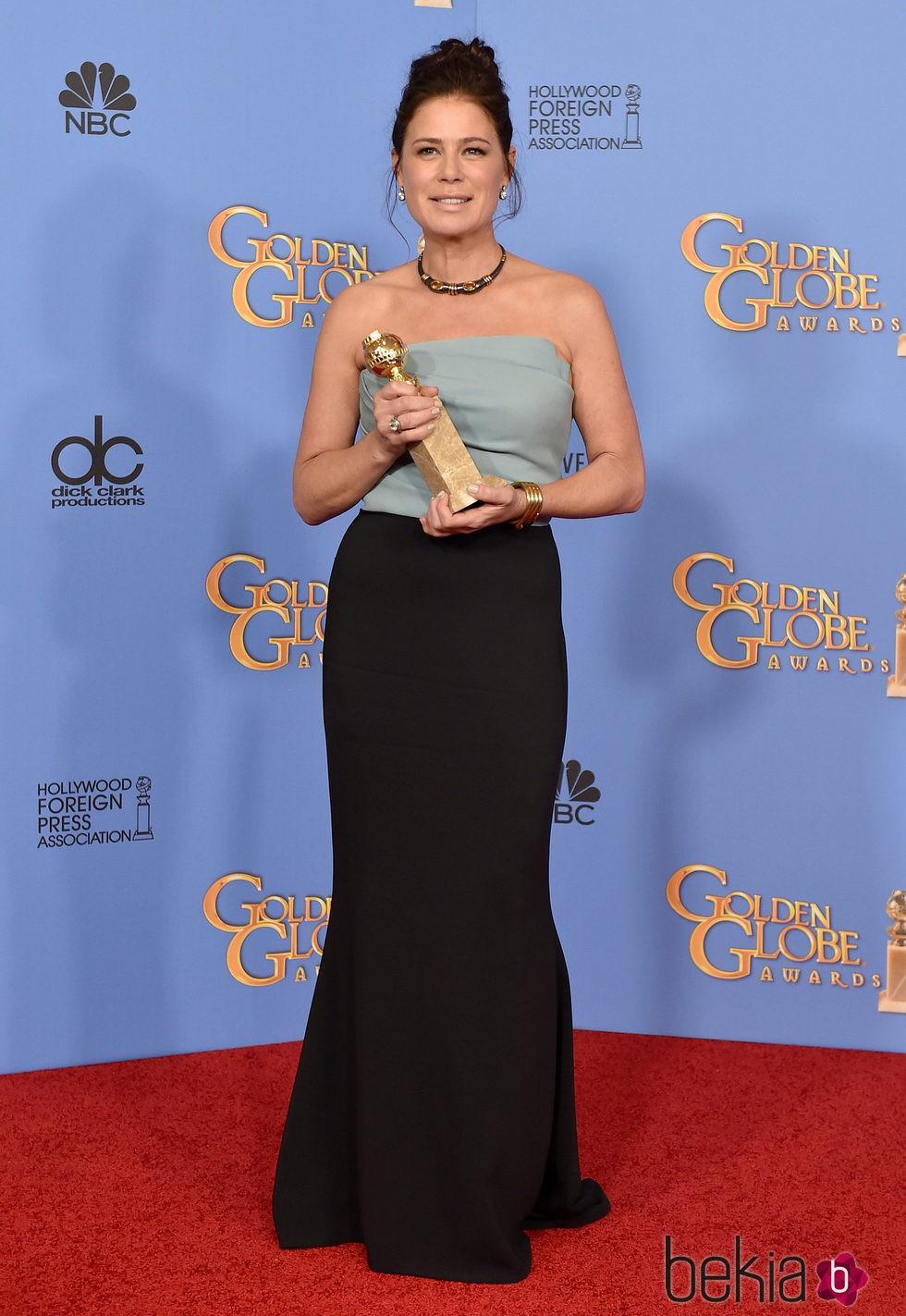 Maura Tierney posando con su premio de los Globos de Oro 2016