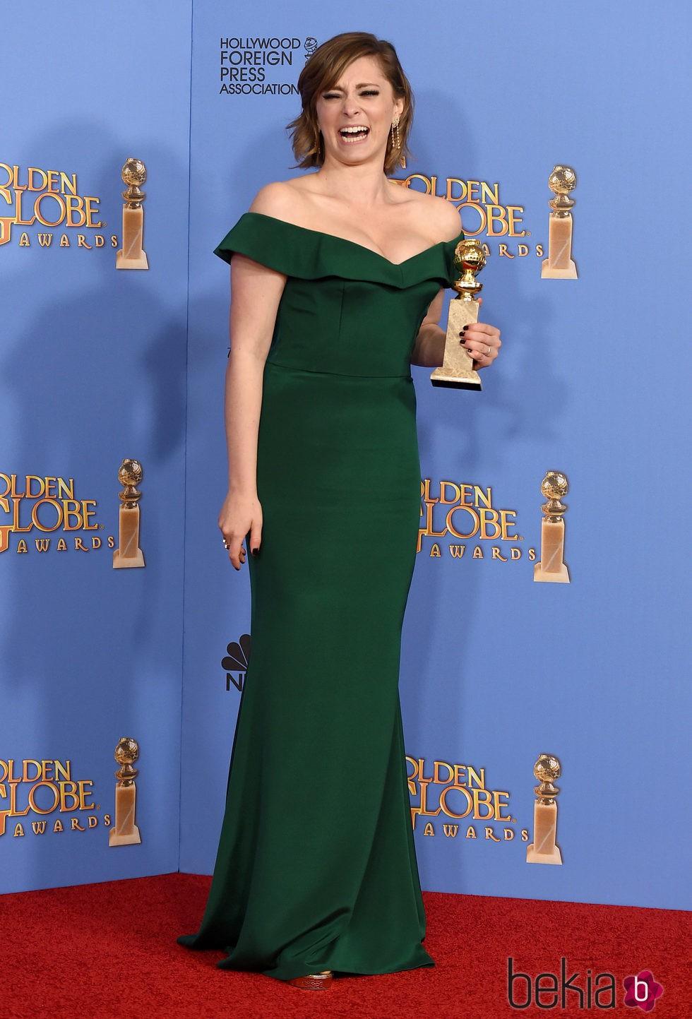 Rachel Bloom con su premio de los Globos de Oro 2016