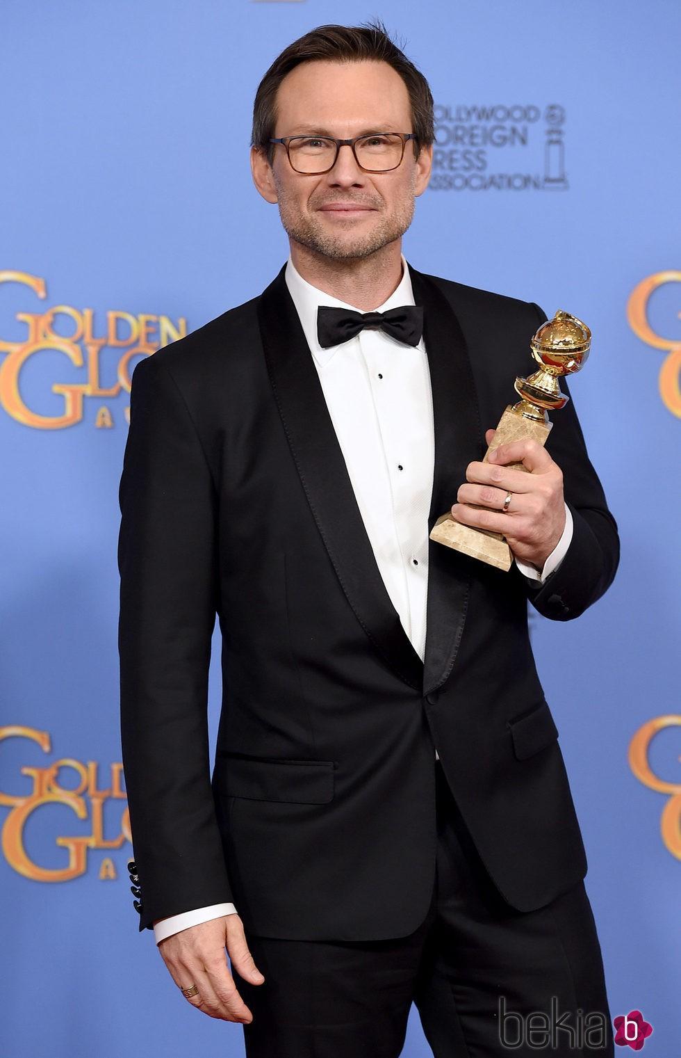 Christian Slater con su premio de los Globos de Oro 2016