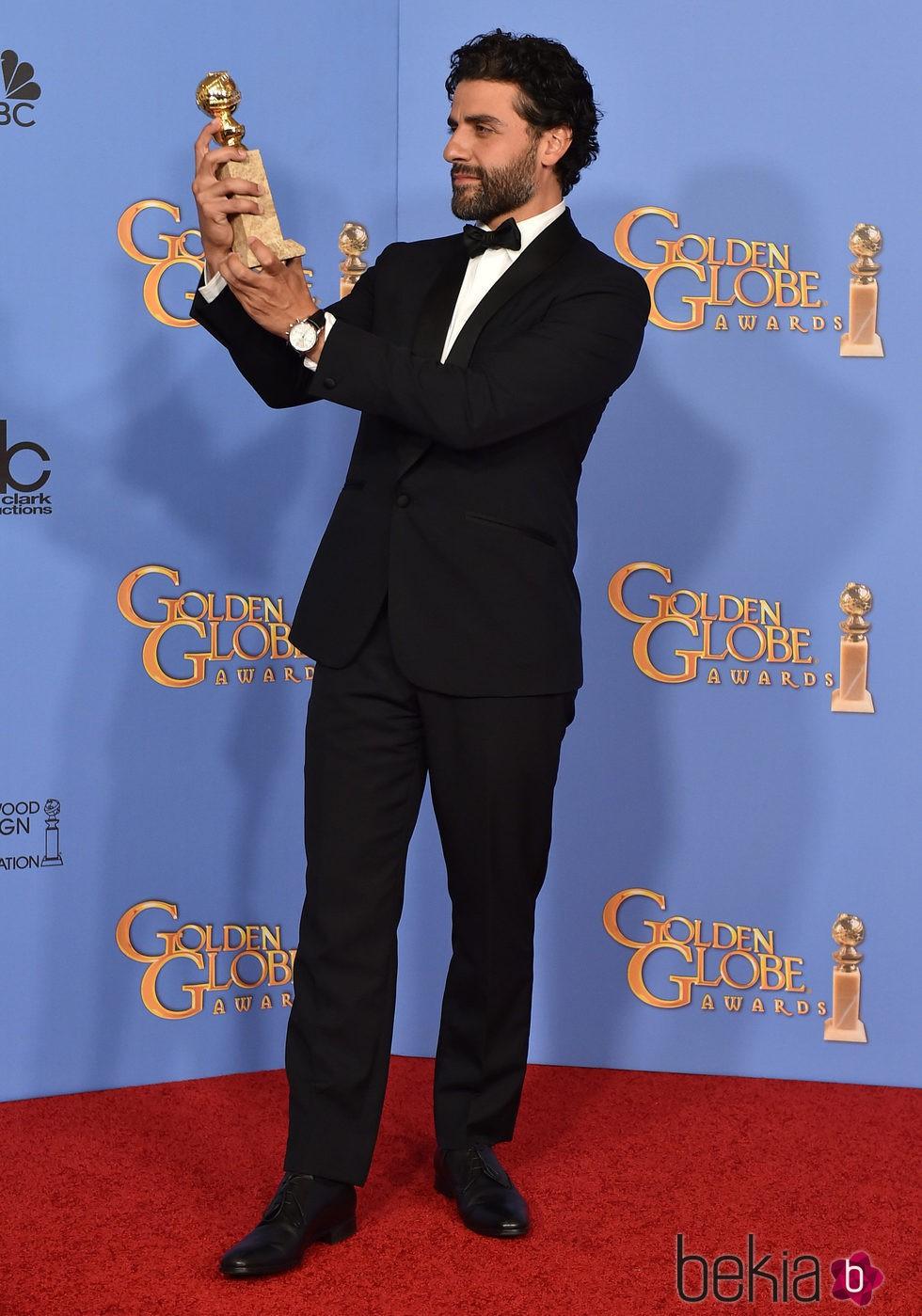 Oscar Isaac con su premio de los Globos de Oro 2016