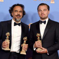Leonardo DiCaprio y Alejandro González Iñarritu posando con sus Globos de Oro 2016