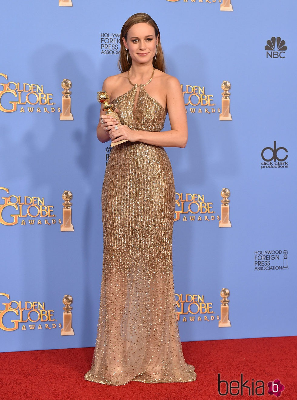 Brie Larson posando con su premio de los Globos de Oro 2016