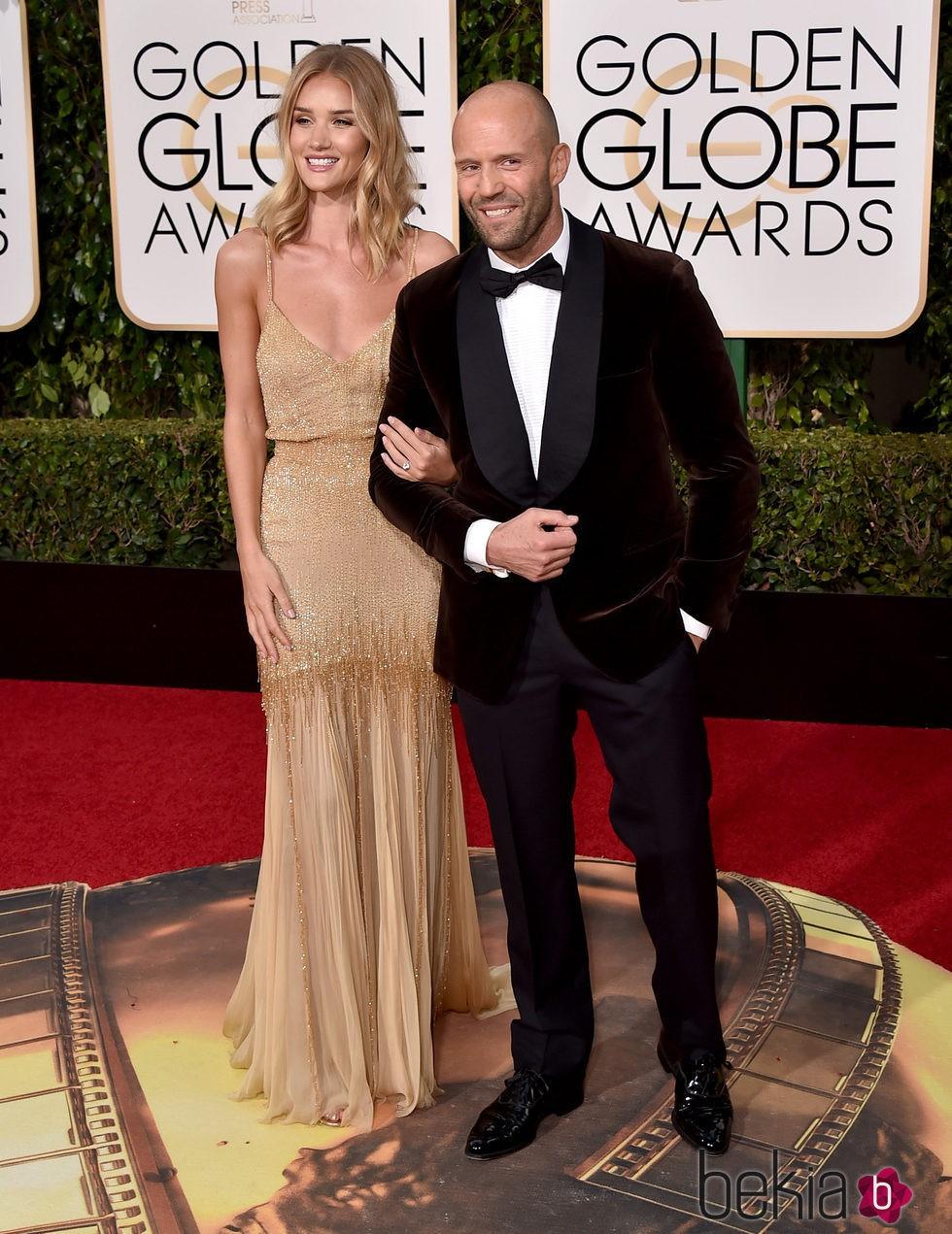 Rosie Huntington Whiteley  y Jason Statham en la alfombra roja de los Globos de Oro