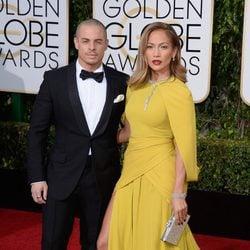 Jennifer Lopez y Casper Smart en la alfombra roja de los Globos de Oro 2016