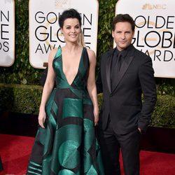 Peter Facinelli y Jaimie Alexander en la alfombra roja de los Globos de Oro 2016