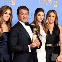 Sylvester Stallone acompañado de su familia en los Globos de Oro 2016