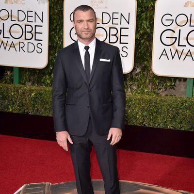 Liev Schreiber en la alfombra roja de los Globos de Oro 2016