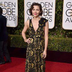 Maggie Gyllenhaal en la alfombra roja de los Globos de Oro 2016