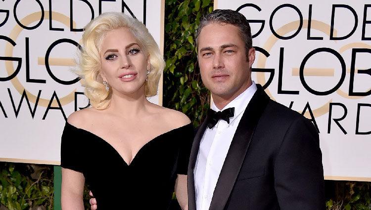 Lady Gaga y Taylor Kinney en la alfombra roja de los Globos de Oro 2016