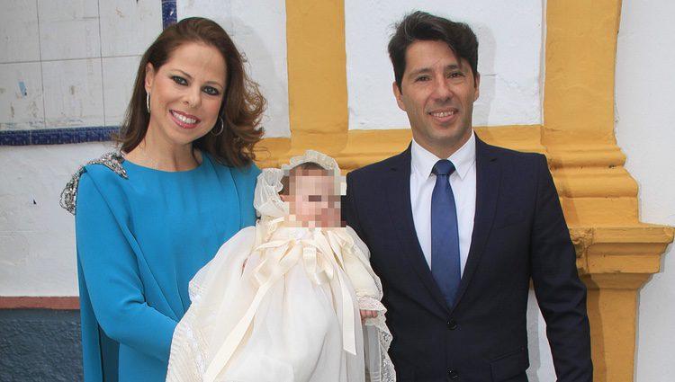 Pastora Soler y Francis Viñolo bautizan a su hija Estrella en Sevilla