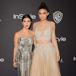 Kourtney Kardashian y Kylie Jenner en la fiesta de InStyle tras la entrega de los Globos de Oro 2016