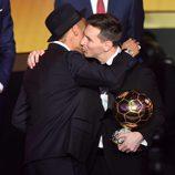 Neymar besa a Leo Messi para felicitarle por el Balón de Oro 2015