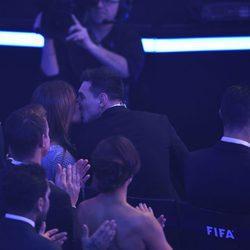 Leo Messi y Antonella Roccuzzo besándose en el Balón de Oro 2015