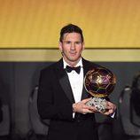 Leo Messi posa con el Balón de Oro 2015