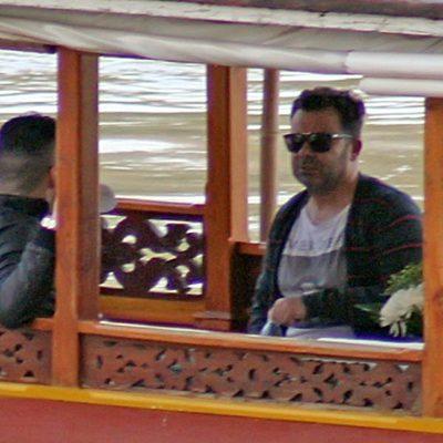 Jorge Javier Vázquez con su novio Paco en un barco