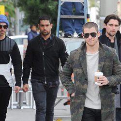 Wilmer Valderrama junto a Joe y Nick Jonas