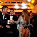 Cristiano Ronaldo y Antonella Roccuzzo se saludan ante la mirada de Leo Messi en la entrega del Balón de Oro 2015