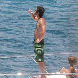 Patrick Dempsey bebe champán en bañador