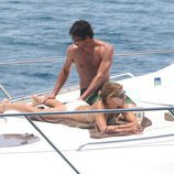 Patrick Dempsey hace un masaje a su mujer Jillian en un barco