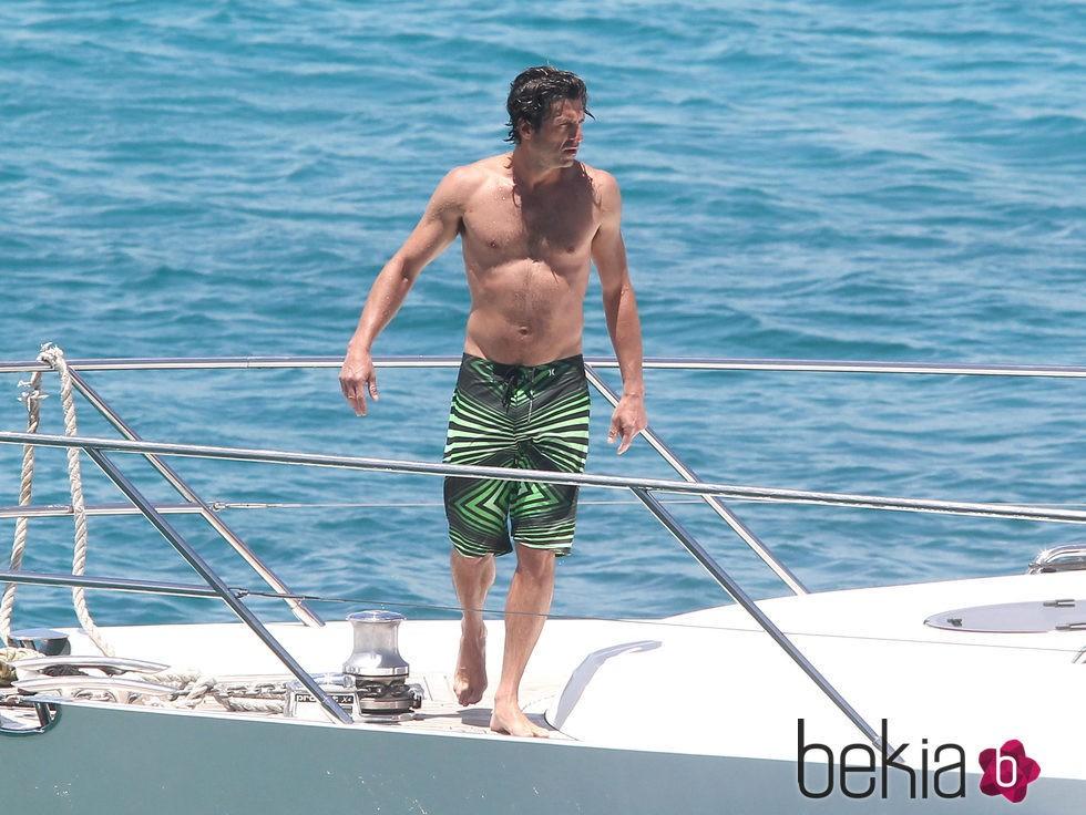 Patrick Dempsey con el torso desnudo en un barco