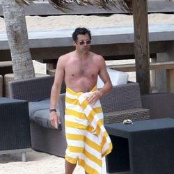 Patrick Dempsey desnudo envuelto en una toalla