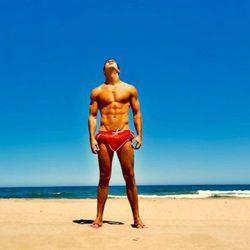 Mario Casas con el torso desnudo tomando el sol en la playa