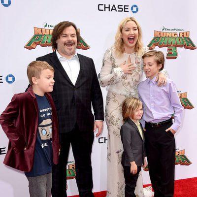 Jack Black con su hijo Samuel Black junto a Kate Hudson y sus hijos en el estreno de 'Kung Fu Panda 3'