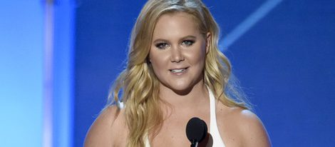 Amy Schumer con su premios en los Critics' Choice Awards 2016