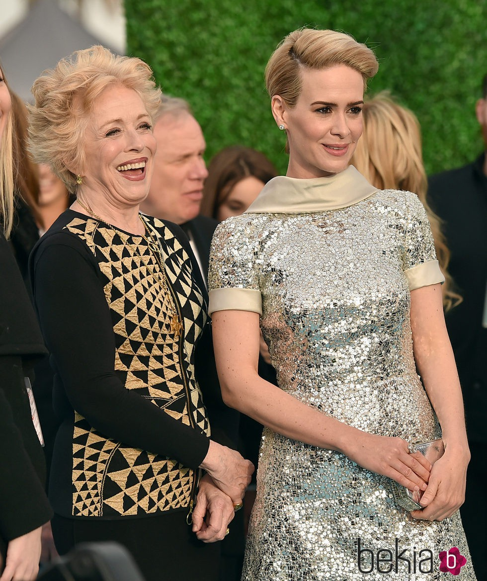 Sarah Paulson con su novia Holland Taylor en los Critics' Choice Awards 2016