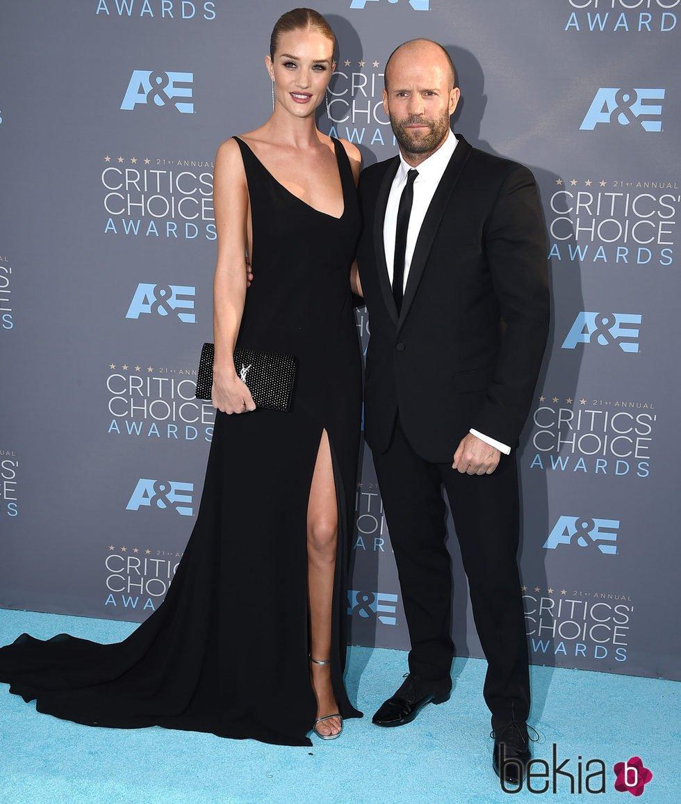 Rosie Huntington-Whiteley y Jason Statham en en los Critics' Choice Awards 2016