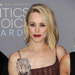 Rachel McAdams con su premio en los Critics' Choice Awards 2016