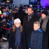 Haakon y Mette-Marit de Noruega con sus hijos Ingrid y Sverre en las celebraciones por el 25 aniversario del reinado de Harald de Noruega