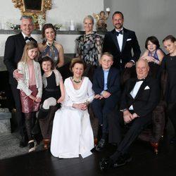 Foto oficial de la Familia Real de Noruega con motivo del 25 aniversario del reinado de Harald de Noruega