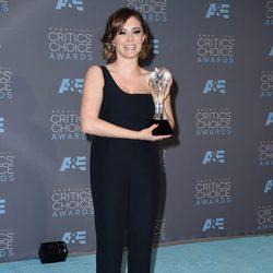 Rachel Bloom con su premio en los Critics' Choice Awards 2016