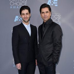 Josh Peck y John Stamos en los Critics' Choice Awards 2016