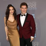 Chloe Bridges y Adam Devine en los Critics' Choice Awards 2016